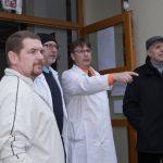 učitelé v bílých pláštích