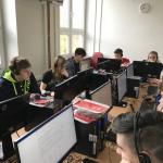 Studenti u počítačů při soutěži Best of English