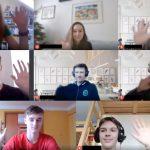 Foto obrazovky s připojenými žáky na meetu