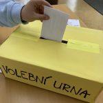 volební urna, do které student háže svůj hlas